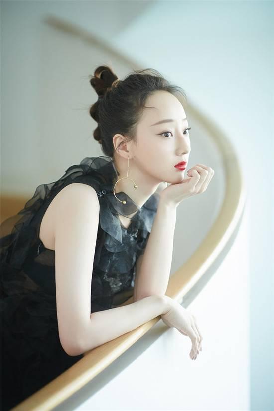 徐歆雨出席北京时装周 黑色轻纱套裙显迷人风采